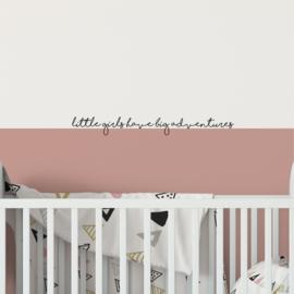Muurtekst 'Little girls have big adventures' - 55 cm