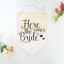 Houten banner / tekstbord 'Here comes the bride'