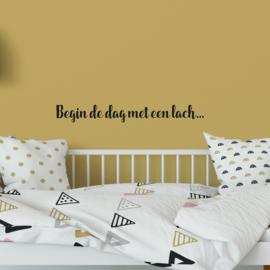 Muurtekst 'Begin de dag met een lach' - 55 cm