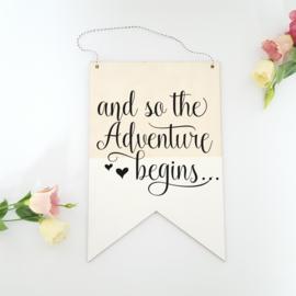 Houten banner / tekstbord 'And so the adventure begins...'