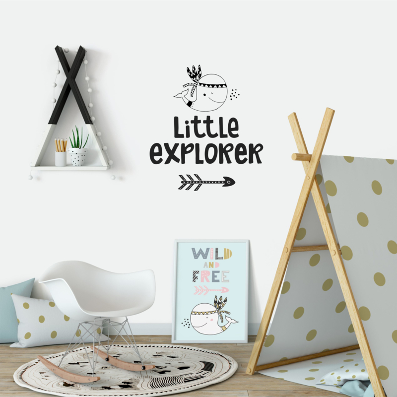 Muursticker 'Little explorer met walvis'