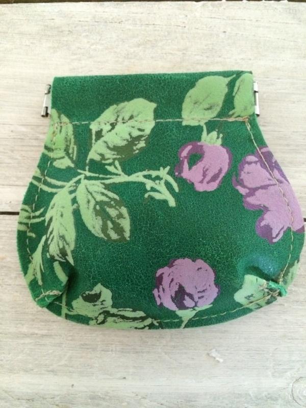 Leren portemonneetje groen met paarse bloemen