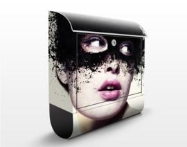 Design Brievenbus Vrouw met het Zwarte Masker
