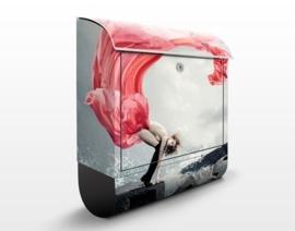 Design Brievenbus Vrouw bij het Meer