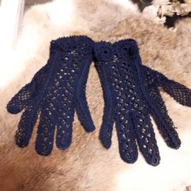 Blauwe gehaakte kinderhandschoentjes