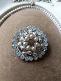 Mooie oude broche met stras steentjes en kleine  parelmoer kraaltjes