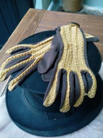 Oude goudkleurige handschoenen