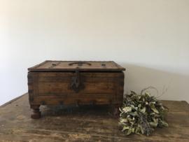 Doorleefde oude houten kist