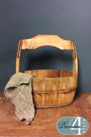 Oude houten bak met handvat