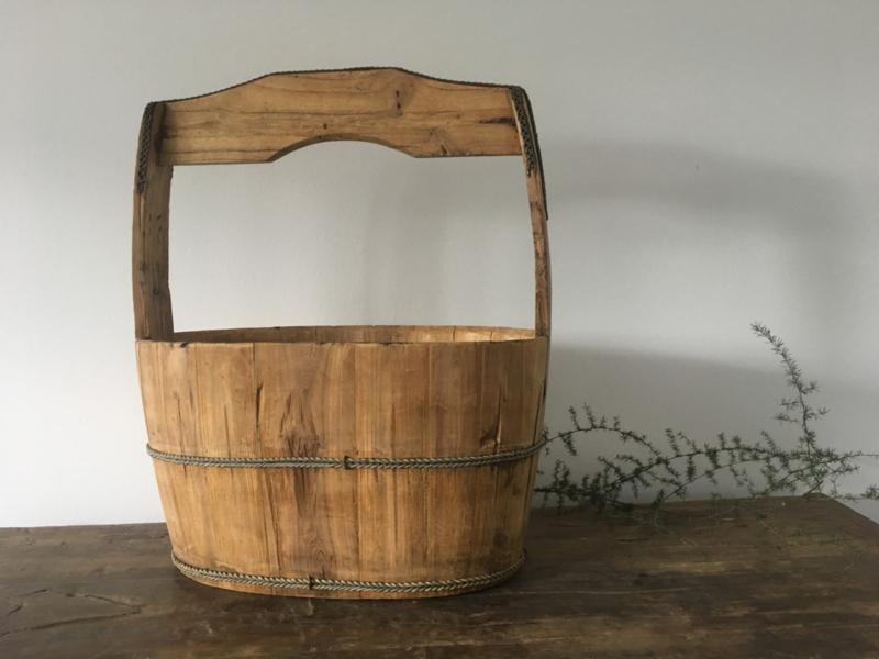 Oude houten emmer