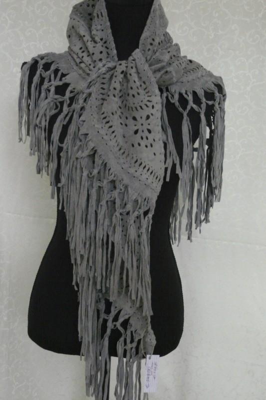 Suede shawl met franjes licht grijs