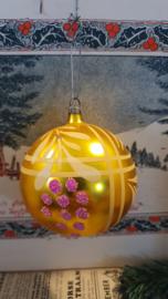 Oude/antieke kerstbal in Oudgoud met mooie deco. Aan oude hanger