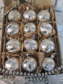 Doos met 12 stuks Prachtige oude/antieke kerstballen. Mooi gedecoreerd. Incl. Kerstkaart uit 1912