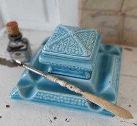 Antiek inktstel in prachtig blauw. Aardewerk. AB Gesetzlich geschützt. Met oude kroontjespen en TALENS inktflesje