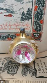 Oude/antieke kerstbal: Deukbal in oud goud/2 deuken met roze