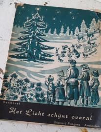 Uit 1954: decoratief Kerstboek: 'Het Licht schijnt overal'.