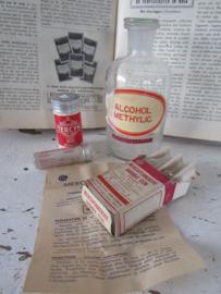 4 x oude/antieke Apothekersverpakkingen- en fles. o.a. Novalucol en ampullen