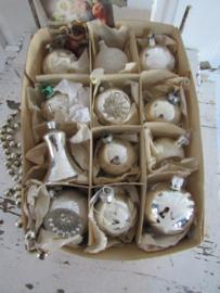 Doos met 12 stuks mooie oude/antieke kerstballen. + antieke Kerstkaart