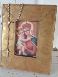 Nostalgische sleetse lijst in latoenkoper, met Maria en Jezuskind