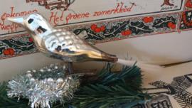 Oude kerstbal: Vogel in warmzilver met reliëf. Op clip