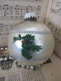 Oudegrote  sleetse kerstbal met Dennentakjes