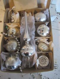 Doos met 8 st. oude/antieke kerstballen + Piek. o.a. kerstboom, Dennenappel, deukbal