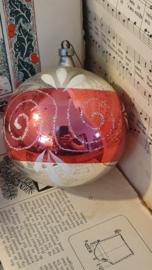 Oude/antieke XL kerstbal: in zilver/rood. Aan oude hanger