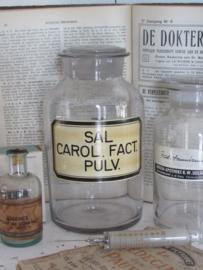 Grote antieke Apothekerspot met stop en origineel etiket. SAL CAOL. FACT. PULV.