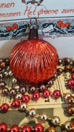 Oude/antieke kerstbal: Schelp in rood