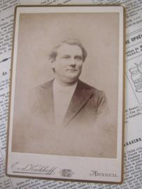 Gezelligerd met een zweem van een glimlach! ca. 1900. E.v.d. Kerkhoff, Arnhem