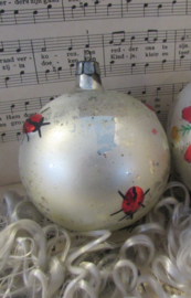 Oude/antieke kerstbal: Groot, in Sleets matzilver met lieveheersbeestjes!