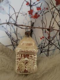 Oude/antieke kerstbal: Klein kapelletje met dennenboompjes.