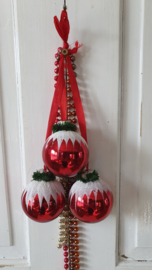 Tros met 3 oude rode glazen kersballen met besneeuwd hoedje. Aan rood lint