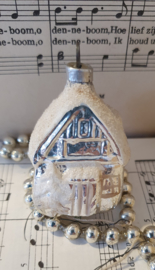 Oude kerstbal: Huisje met boompje. Besuikerd