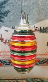 Antieke kerstbal: klassieker met ribbels in kerstkleurtjes. Aan oude hanger