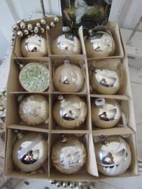 Doos met 12 stuks oude/antieke kerstballen. + antieke kerstkaart uit 1910