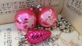 Prachtige 3-delig setje oude kerstballen in Fuchsiaroze met deco