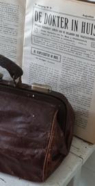 Oude sleetse DOKTERSTAS, met veel inhoud en oude leren beurs