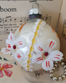Oude/antieke kerstbal: Oudje met sierband, bloemen en strassteentjes. G.D.R.