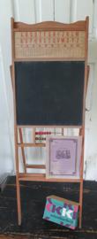 Oud Frans Schoolbord met telraam en tafels. Inklapbaar. + oud Frans schrift en groot pak schoolbordkrijt