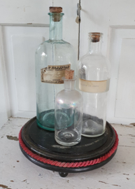 Antiek onderbord voor stolp, met koord. Op pootjes
