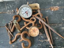 Partijtje oud spul uit oude smederij: S-Haken/metertjes/unster etc