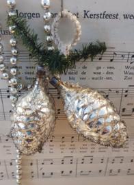 Antieke kerstballen: 2 Dennenappels met leonisch draad aan takje