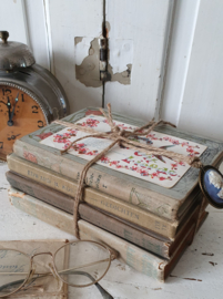 Bundel antieke boeken 'Literair' met 2  dichtbundels. In vaalblauw + oude postkaart en Cameehanger