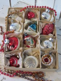 Doos met 12 prachtige oude/antieke kerstballen- en figuren. Kerstman/paddenstoel etc.