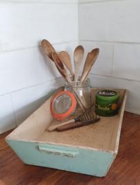 Oude houten mangelbak in zacht mintgroen