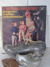 Sfeervol Sintachtergrondje? Oude LP's met Sinterklaasliedjes.
