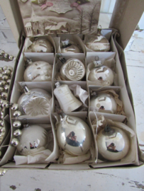 Doos met 12 stuks oude/antieke kerstballen. o.a. deukballen/klokje. + antieke kerstkaart uit ca. 1920