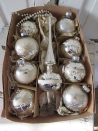 Doos met 8 st. oude/antieke kerstballen + oude Piek