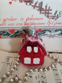 Oude/antieke kerstbal: Huisje in rood, besneeuwd